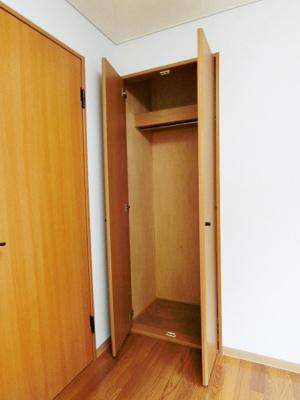 廊下にある収納スペースです!かさ張るお掃除用品などもすっきり収納できて便利!