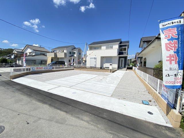 現地写真  駐車スペース広々!建物南側に並列で3台以上置けます♪