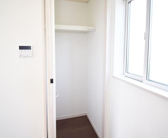 キッチン横収納 ホットプレートなどの家電等も収納できて便利です。