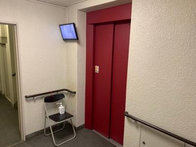 内部が見えるモニター付きのエレベーターです。