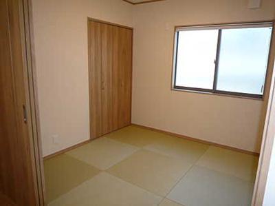 【広々とした和室】 リビングに隣接した広々とした和室。 冬はコタツを置いたり、優しい畳の感触は 赤ちゃんのお昼寝にもぴったりです!