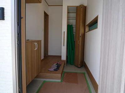 【玄関】 人を迎え入れる最初の場所だからこそ、 清潔感があり纏まった空間にして頂ける様に 収納BOXを設置しました。 お出掛けの時も帰った時も、 我が家を最初に感じでもらえる素敵な空間に。