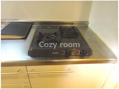 ガス2口コンロ付システムキッチンでお料理しやすいですね。