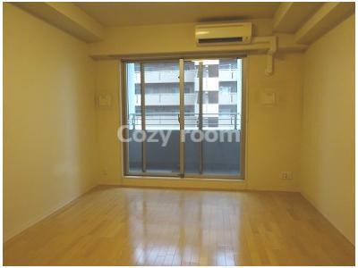 ゆったり過ごせる居間は、洋室約9帖の広さです