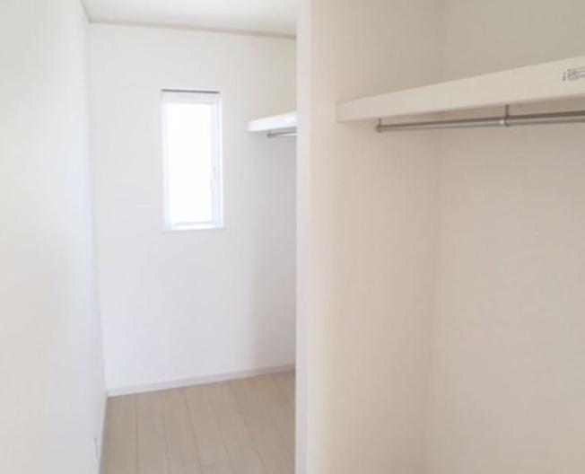 2階8帖 広々WICです。季節を問わずたっぷりの衣類が収納できますよ。