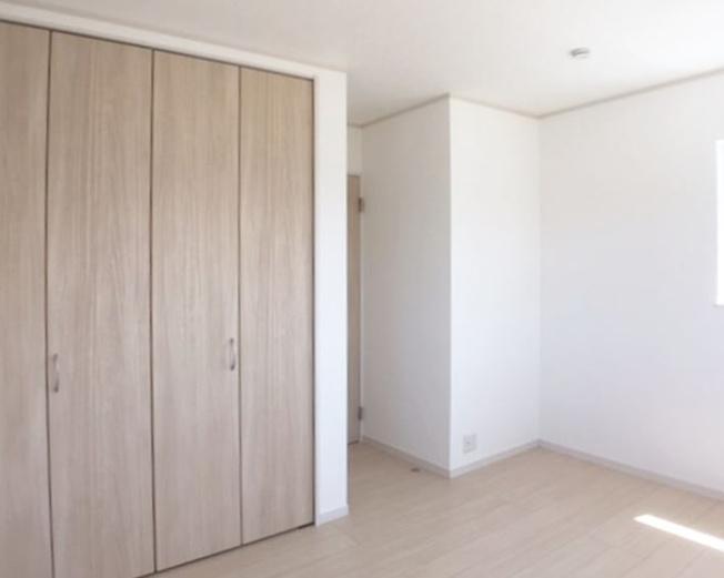 2階6.5帖 シンプルな洋室で使いやすいです。家具のレイアウトも楽しみですね。