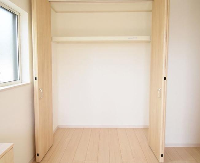 玄関収納です。アウターなど掛けて置くのに便利です。