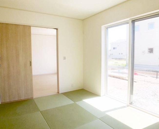 6畳 玄関から直接出入りできるので急な来客にも対応できますよ。