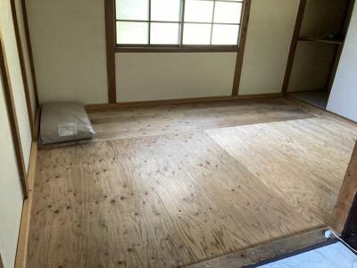 1階洋室 (カーペット敷きになります。)