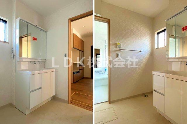洗面台・1F/キッチン側からも行き来ができるある2WAY動線の洗面室です。W900の3面鏡付き洗面台が備わっております。