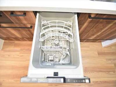 【家事快適設備!】 一度に5人分の食器が洗える食器洗い乾燥機、 更に、パントリー(食品貯蔵庫)も完備 ! 毎日の家事を快適にする設備が揃ってます。