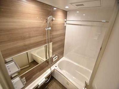 【システムバス】 1日の疲れを癒す大きなお風呂。 雨天時に洗濯物を乾かす浴室乾燥機能も付いています。 湿気やカビを抑えて掃除の負担も軽減!