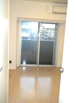 優しい色合いの床材を使用した居住空間