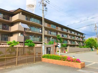 箕面の山手の住宅地に立地するマンションです♪とても閑静な街ですよ♪