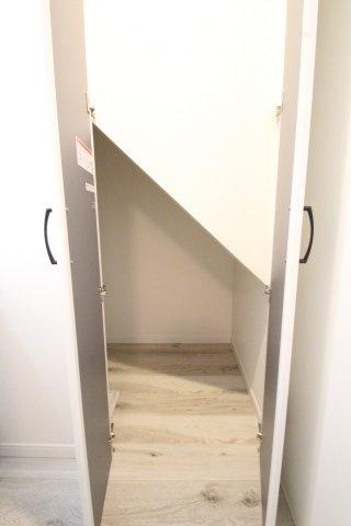 階段下収納はお掃除道具いれたり等で重宝します