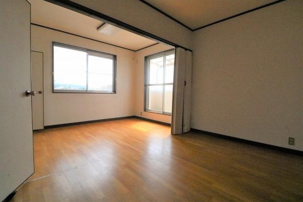 2階広々10帖洋室。真ん中にパーテーションがあるので分けて使うことも出来ます♪