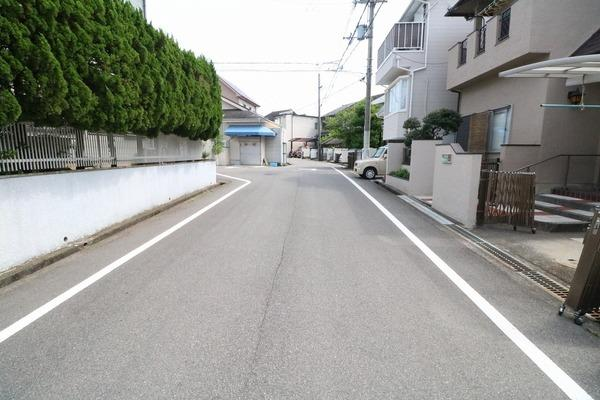 前面道路広々。住宅街なので車通りも少ないです♪