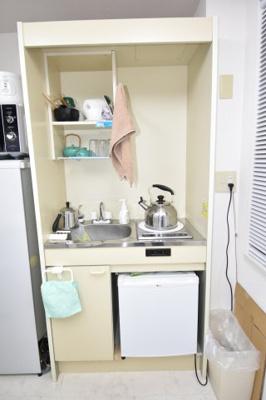 ミニキッチン付き。事務所使用のお部屋なので、これだけあれば十分ですよね。
