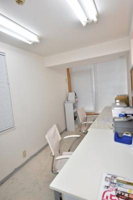 約9.9帖ある事務所(応接室)。クロスを貼りなおしており、とても明るいきれいですね。