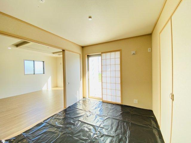 現地写真 リビング隣の和室はお子様の遊び部屋としてもちょうどいいですね♪