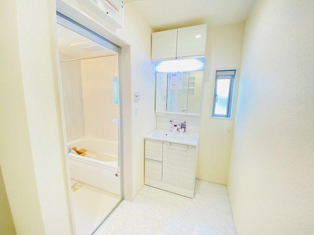 三面鏡の洗面台は見た目はスッキリ、収納力はたっぷりです♪