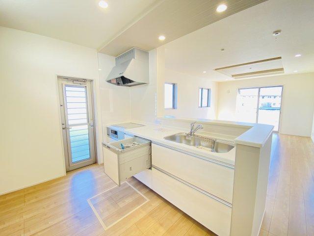 現地写真 食洗器付きのシステムキッチンで毎日の家事もラクラクに♪