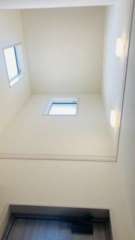 【同仕様施工例】窓が3面あるので換気が十分できます。小窓もアクセントになってかわいいお部屋です。