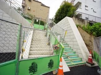 階段を上りマンションエントランスへ向かいます。