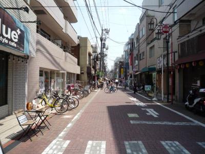 建物前面は商店街です。