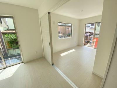 (同仕様写真)しっかりと採光があり明るい居室の主寝室は7.5帖あり、WICを備えているので収納力の高い居室です。他の3居室は5帖以上を備えています。