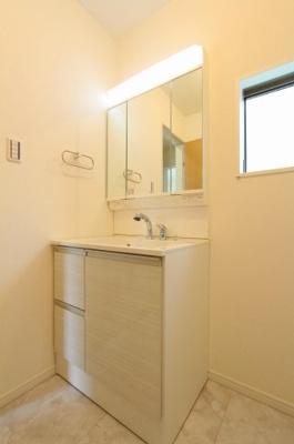 独立洗面台、小物を置くことができて便利です:建物完成しました♪毎週末オープンハウス開催♪三郷新築ナビで検索♪