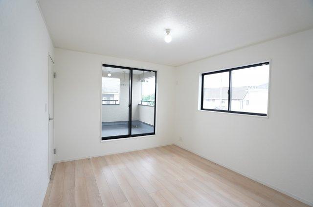 2階7帖 バルコニーがあるお部屋です。大きな窓から明るい光が差し込み明るいお部屋です。