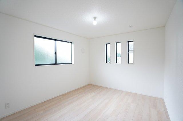 2階7.5帖 小窓がアクセントになって素敵なお部屋です。