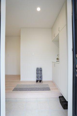 【同仕様施工例】直線的なリビングなので家具のレイアウトもしやすいですね。