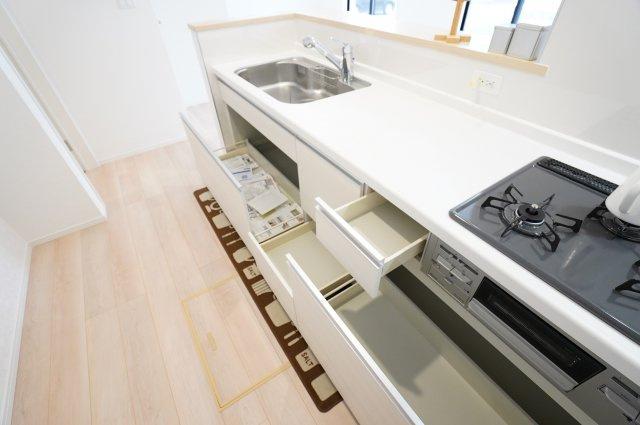収納力の高いスライド収納のシステムキッチンです。お鍋やフライパンもすっきり片付けられます。