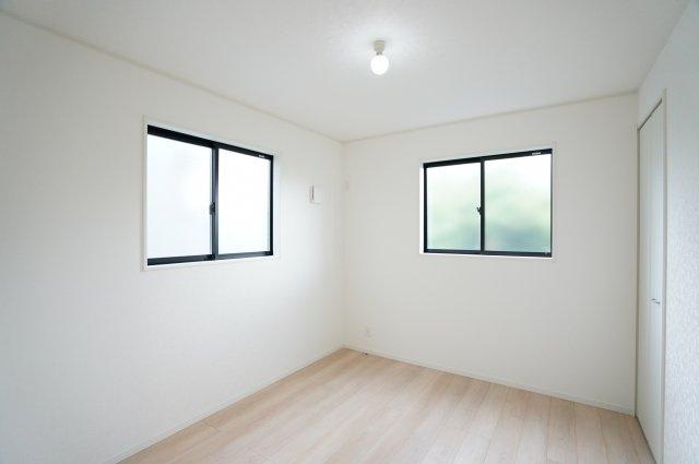 2階5.2帖 窓が2面あるので採光・通風のよいお部屋です。