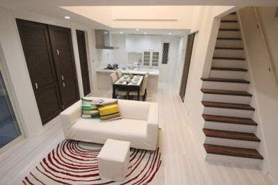 【施工例】リビング階段がおしゃれな印象の施工例。ご希望の間取りや内装をお知らせください。
