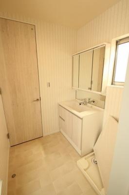 【施工例】洗面室の床やクロスもお選びいただけます♪