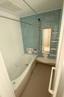 【施工例】浴室の壁の色もお選びいただけます。この施工例はブルー系で爽やかな浴室ですね。