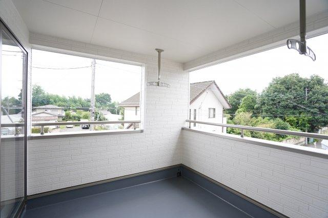 【同仕様施工例】南向きの明るいお部屋です。2ヶ所から出入りできる共通のバルコニーがあります。