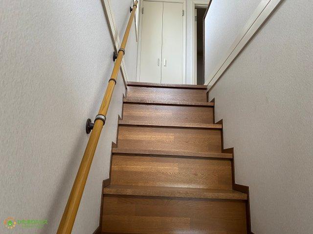 階段にはしっかり手すりがございますので安心ですね。