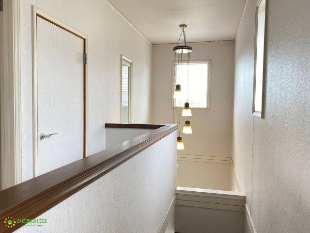 吹き抜けで開放的な玄関、お家全体が明るい空間になりますね。