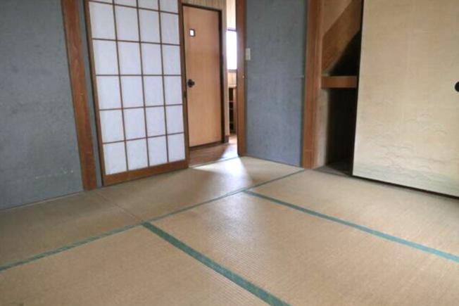 畳の上でゆっくりとくつろげる2階和室