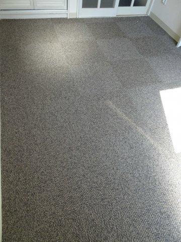 床はタイルカーペット