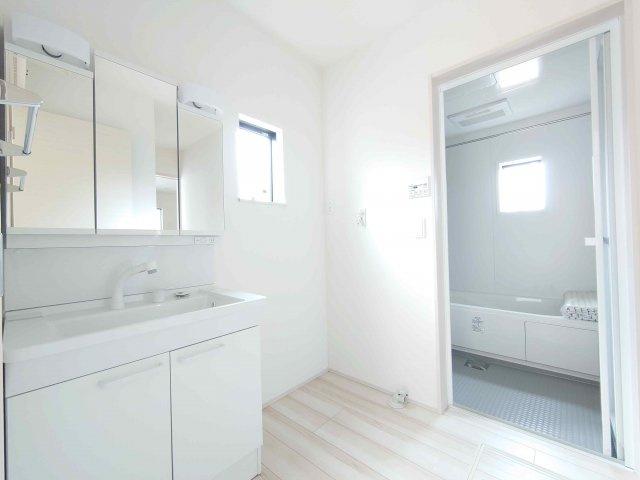 《 浴室:浴室暖房乾燥機付き 》現地見学や詳細は 株式会社レオホーム へお気軽にご連絡下さい。