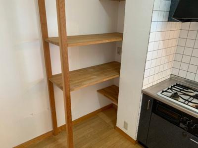 キッチン横の収納棚