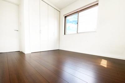 《洋室約5.3帖》どのお部屋にも収納が完備されていますので助かりますね。