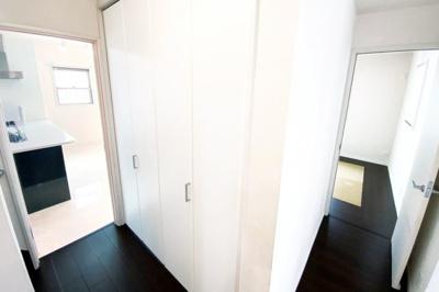 1階の廊下には大容量の収納がありとても便利です。収納はいくつあっても困りませんね(^^)/