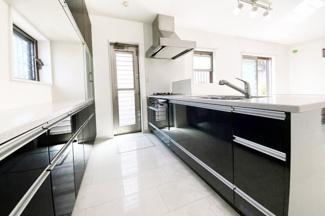 キッチンスペースはカップボード付きで収納たっぷりのシステムキッチン(対面式)勝手口もあり使い勝手のよいキッチンです。足元は床暖房があり寒い季節でも快適に家事がこなせます。