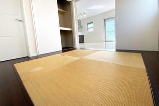LDKの続きに和室があり、扉を開放すれば約20.5帖の広々とした空間に!和室には押入れもあり、廊下側から入れる扉もあります。
